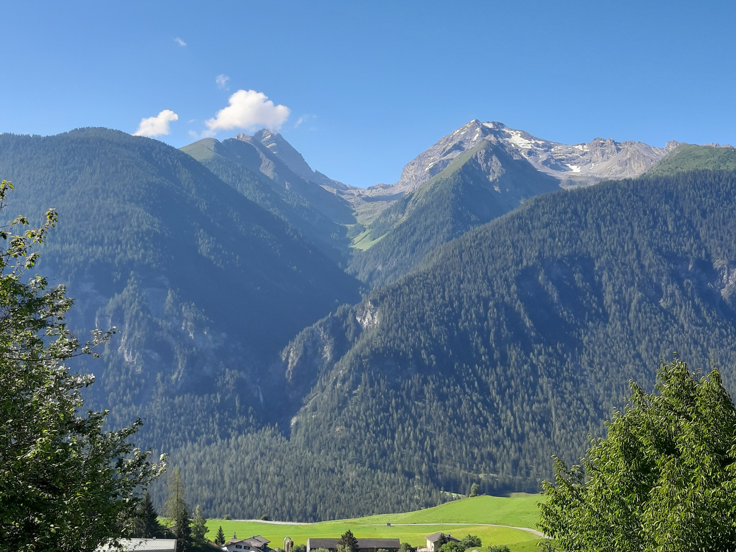 Alvaneu Terrassenaussicht auf Tinzenhorn und Piz Mitgel